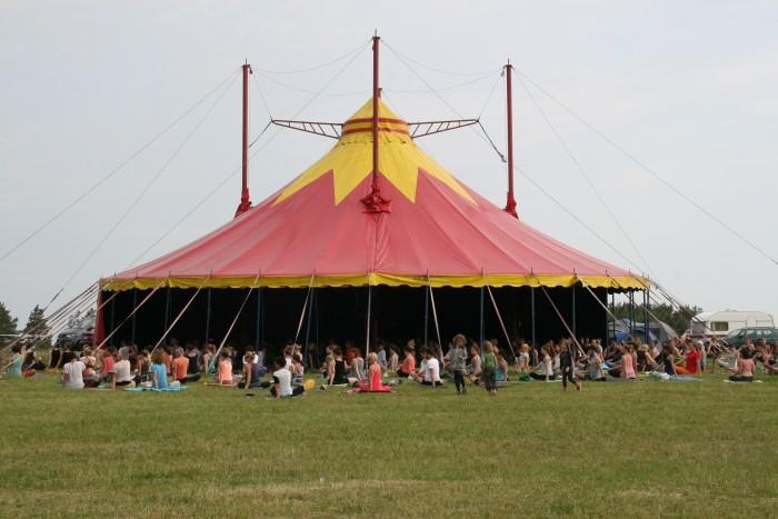 Yoga im großen Zelt